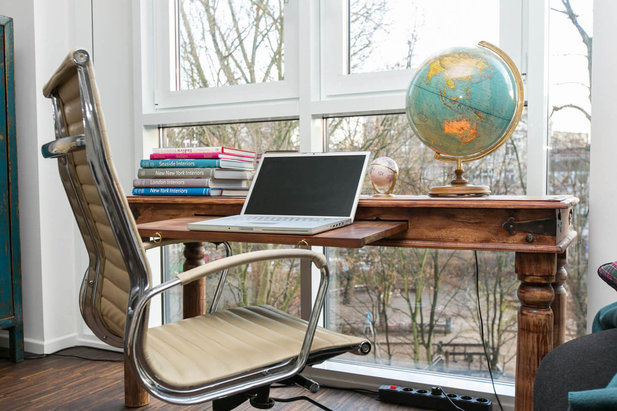 Desk with globe at the window - Furnished flat of City-Wohnen Hamburg