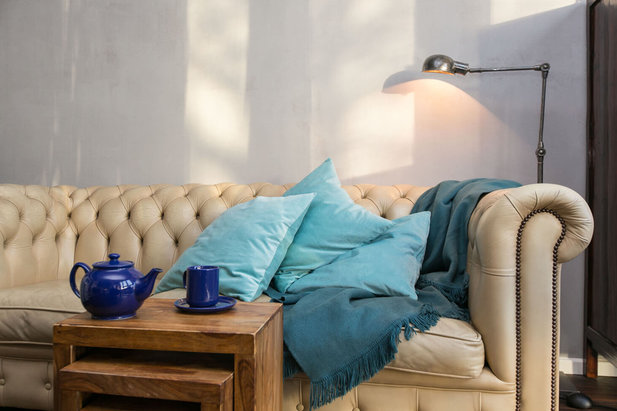 Cosy sofa with bedspread and coffee table - Picture of City-Wohnen Hamburg
